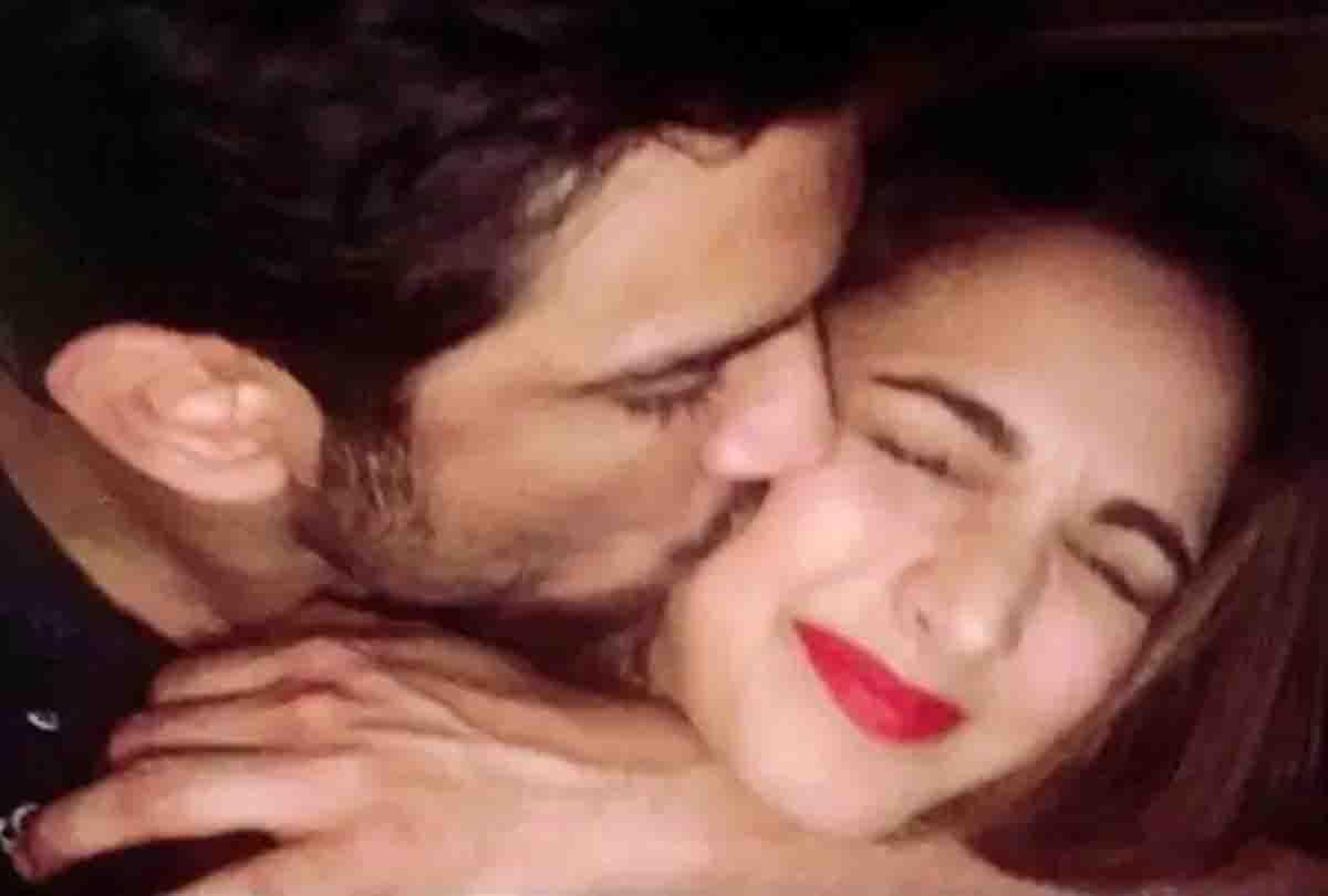 सुशांत ने सरेआम किया था कियारा आडवाणी को Kiss, अब तस्वीरें हो रही वायरल