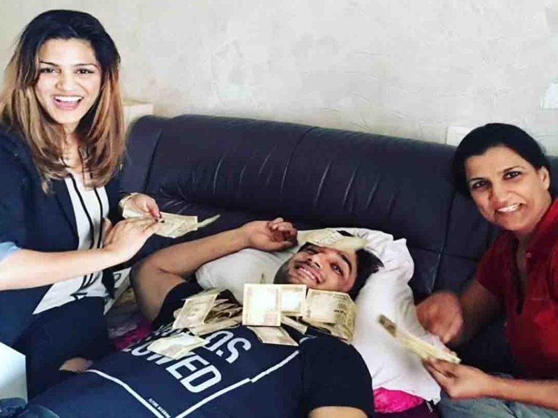 जब सुशांत की बहनों ने 500 के नोट उड़ाकर मनाया था भाई की सफलता का जश्न, देखें फोटो