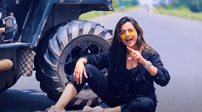 वीडियो: अक्षरा सिंह ने दूसरी लड़की के साथ 'बॉयफ्रेंड' को पकड़ा रंगेहाथ, फिर किया कुछ ऐसा