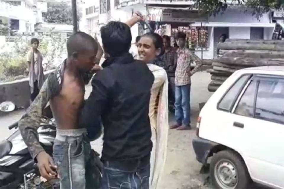 उत्तर प्रदेश : युवती ने सरेआम कर दी लड़के की चप्पलों से पिटाई, जानिए वजह