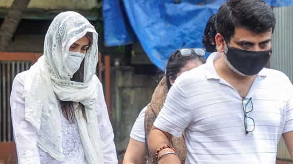 सुशांत की डेडबॉडी तक कैसे पहुंची रिया? मानवाधिकार ने दिया ये जवाब