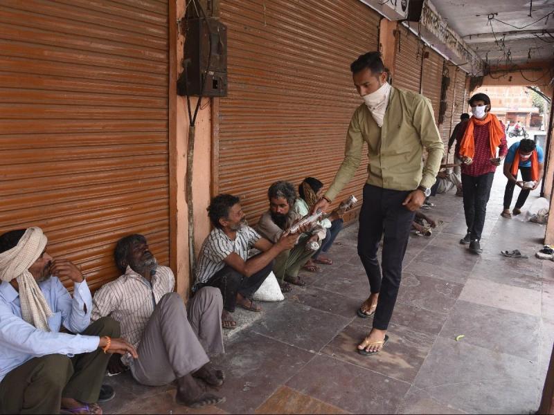 दुर्गा पूजा पर कोई न रहे भूखा, इसलिए कोलकाता का ये Ngo लोगों को खिला रहा खाना