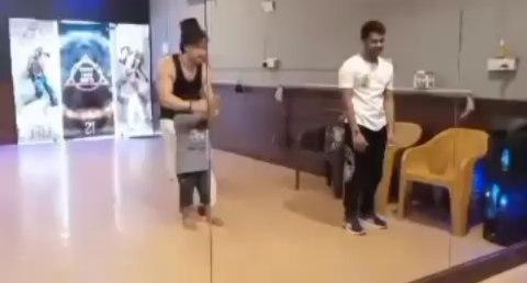 इस छोटे बच्चे ने टाइगर श्रॉफ को डांस में दी कड़ी टक्कर, देखें वीडियो
