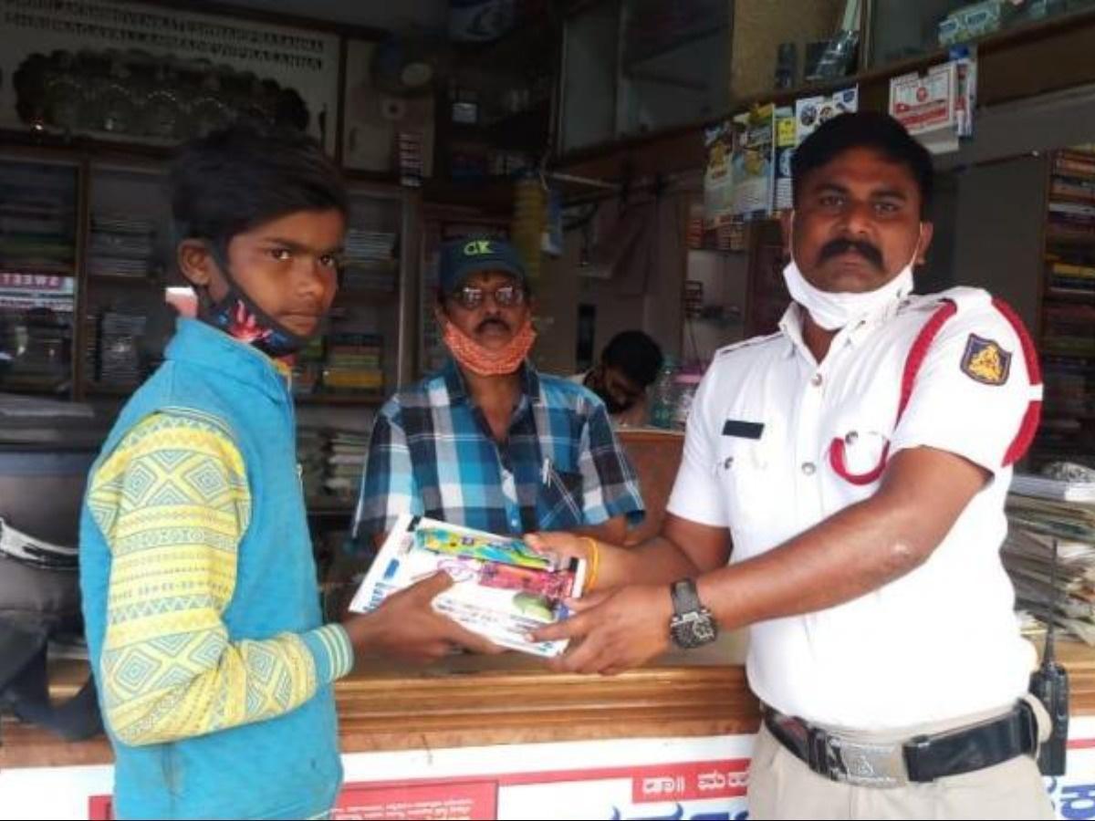 नोटबुक खरीदने के लिए झालर बेच रहा था मासूम बच्चा, पुलिस वाले को पता चली तो किताब, नोटबुक और पेन दिलाई