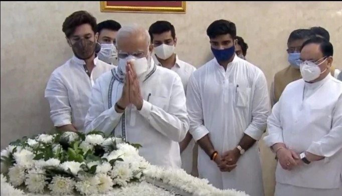 दिवंगत नेता रामविलास पासवान का शरीर उनके आवास पर पहुंचा, राष्ट्रपति रामनाथ कोविंद, पीएम मोदी और जेपी नड्डा ने दी श्रद्धांजलि
