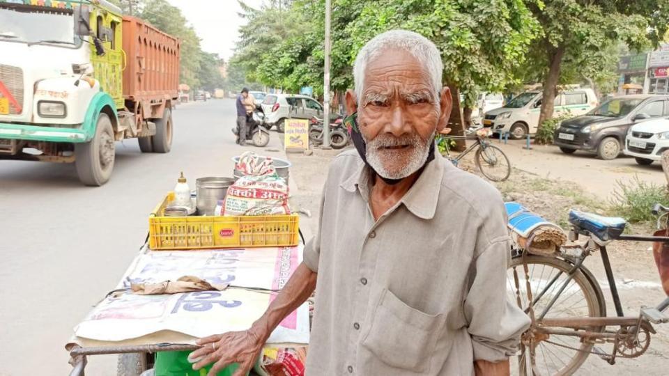 85 की उम्र में फ़रीदाबाद की गलियों में भेलपुरी बेचते हैं यह बुजुर्ग, मदद को आगे आ रहे लोग