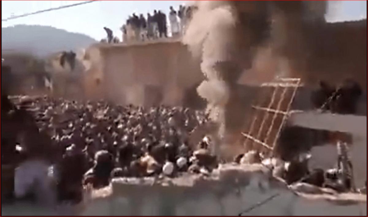 पाकिस्तान में हिंदू मंदिर को किया आग के हवाले, 'अल्लाह-हू-अकबर' का नारा लगाते हुए तोड़ा, देखें वीडियो