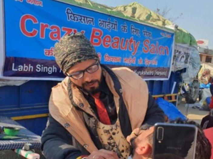 किसान आन्दोलन में लगा ली अपनी दुकान, अब फ्री में किसानो का बाल और दाढ़ी बनाते