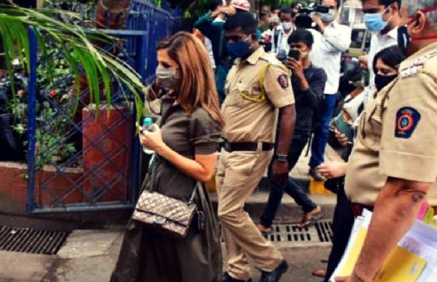 ऋतिक की पूर्व पत्नी सुजैन खान पहुंची बांद्रा पुलिस स्टेशन