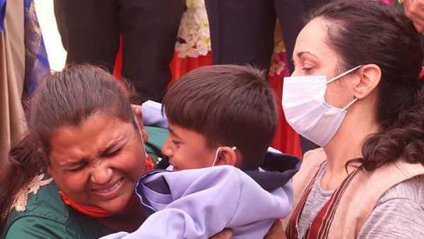 अनाथ मूक-बधिर बच्चे के किस्मत में था विदेश स्पेनिश महिला ने लिया गोद, बच्चा लगा रोने तो सभी की आंखे आई भर