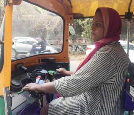 ऑटो चलाकर दिव्यांग बेटी करवा रही है अपने पिता के कैंसर का इलाज़
