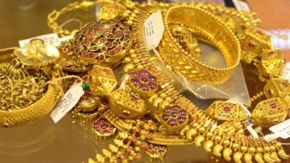 Gold Rate: सोने की कीमत में लगातार हो रही है गिरावट, 8000 रूपये सस्ता मिल रहा है 1 तोला गोल्ड