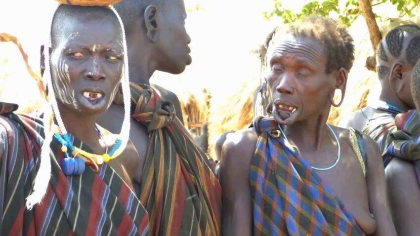 दुनिया की 4 सबसे खतरनाक जनजातियां जिनकी जिंदगी में दखल देने से ले लेते हैं जान