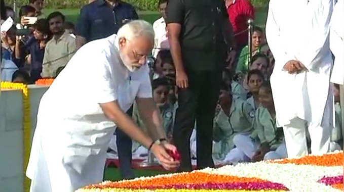 महात्मा गांधी की समाधि पर जाकर कोविंद, वेंकैया तथा मोदी ने श्रद्धा-सुमन अर्पित किए