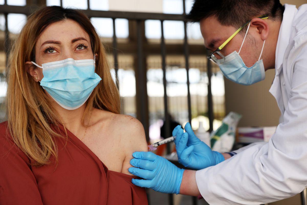 कोरोना वैक्सीन लगवाने के बाद अगर शरीर में दिखे ये बदलाव तो समझ लें सही से काम कर रही दवा