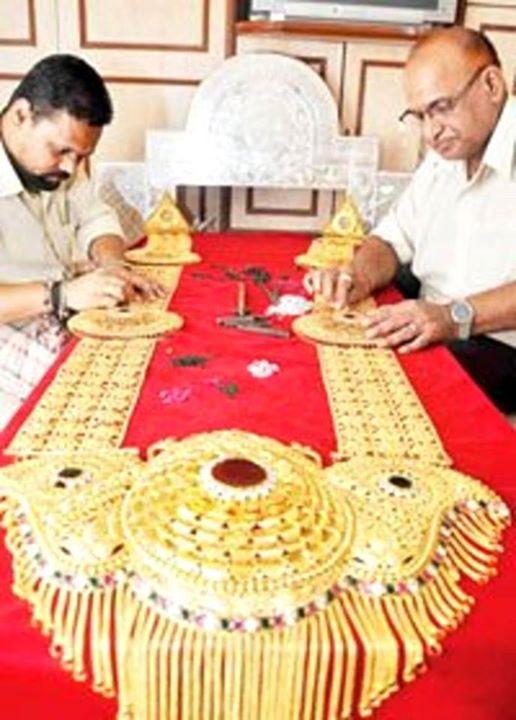 Mumbai Cha Raja 12 feet gold necklace no-watermark
