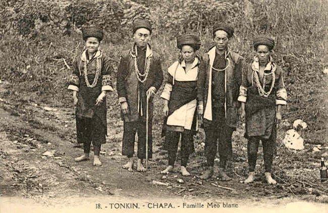 https://i0.wp.com/hinhxua.free.fr/autrefois/ethnies/page2/Chapa_famile_Meo_blanc.jpg
