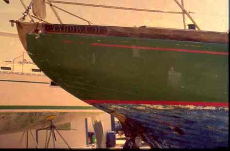 Der Name Tahowa am Heck des Holzschiffes