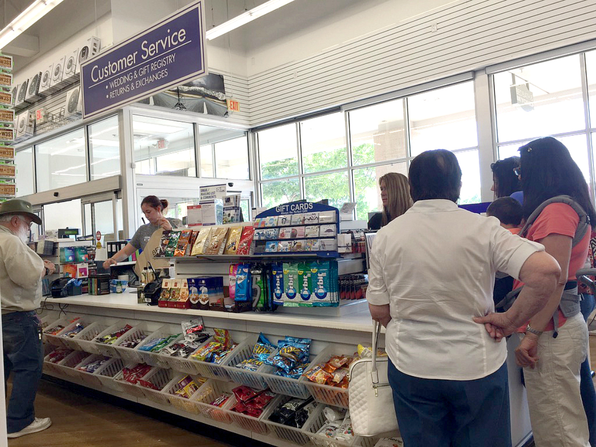 bed bath beyond customer service desk with people in line
