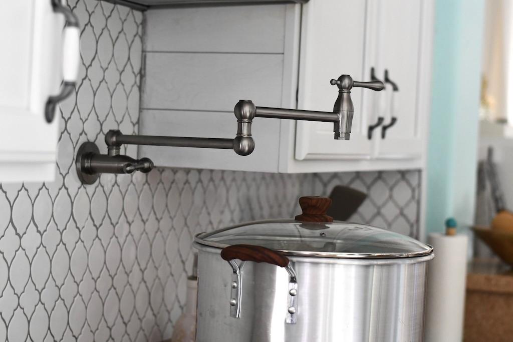 Kitchen wall pot filler