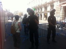 Policía hablando con una persona que quería entrar a Sol