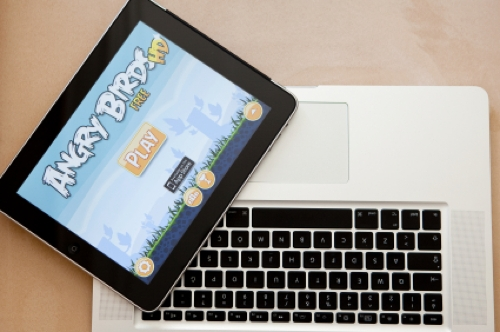 Un tablet con Angry Birds y el teclado de un portátil