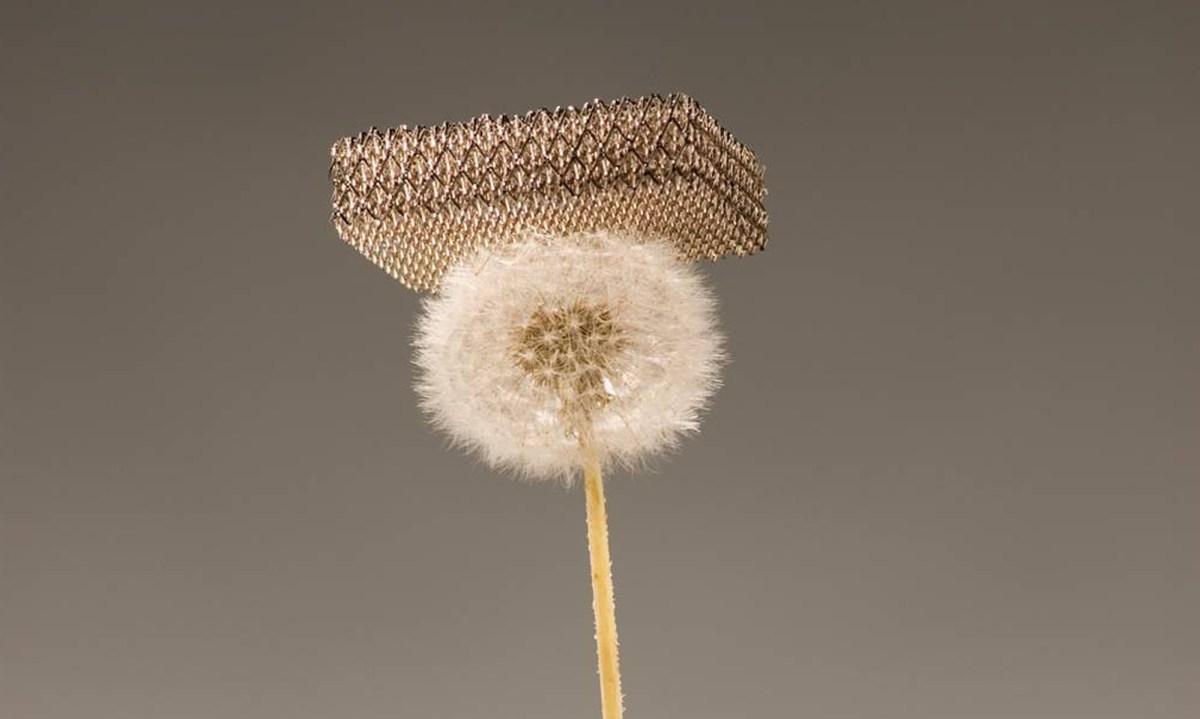 Material más ligero del mundo. Fotografía de Dan Little, HRL Laboratories LLC