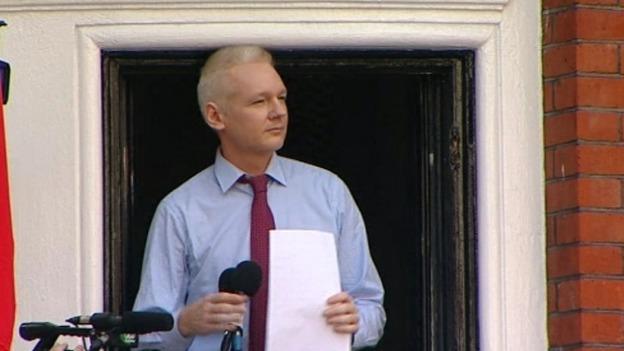Assange en el balcón de la Embajada de Ecuador en Londres
