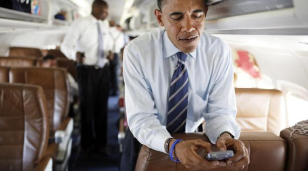 Obama, fanático de BlackBerry Messenger, no podía separarse de su smartphone.