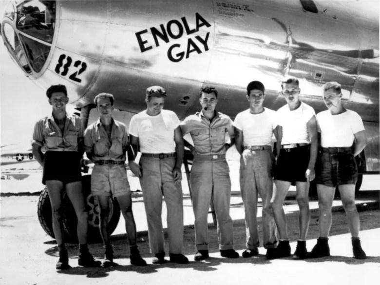Tripulación del Enola Gay junto con el avión que lanzó Little Boy sobre Hiroshima. [Fuente](http://navarrobadia.blogspot.com.es/2012/07/enola-gay-hiroshima-1945.html).