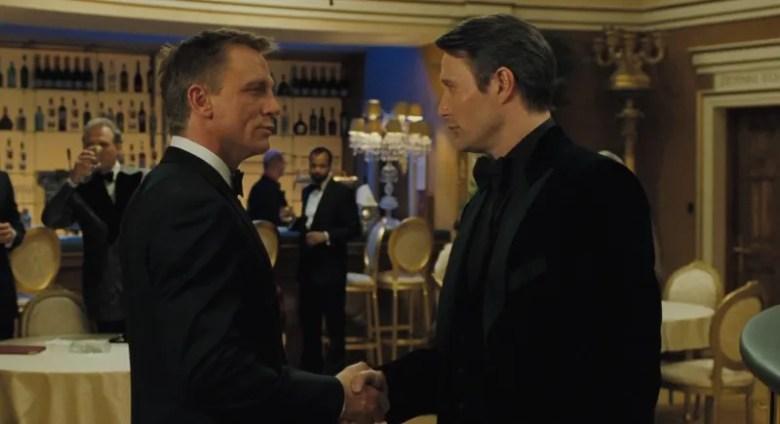 Bond saludando a Le Chiffre justo antes de la partida. Escena la película Casino Royale (2006). [Fuente](http://jamesbond.wikia.com/wiki/Le_Chiffre).