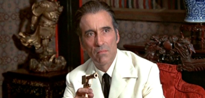 Francisco Scaramanga, el hombre con la pistola de oro. [Fuente](http://www.lasertimepodcast.com/2013/04/12/7-reasons-why-roger-moore-is-the-best-james-bond/attachment/20307540/).