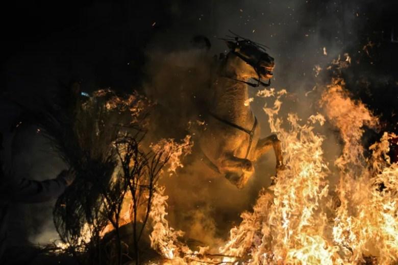 Cabalgando sobre el fuego. Foto de Bartlomiej Jurecki. National Geographic Photo Contest