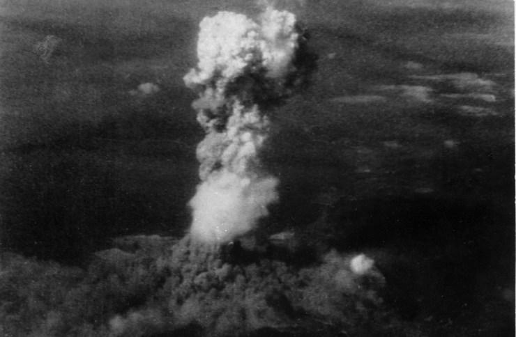 Este es el hongo de Hiroshima visto a 18 Km. Fuente: Wikipedia.