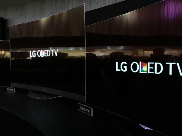 Observad el negro y el contraste con las letras en blanco. Imposible que luzca así en un LCD IPS. No pude realizar una mejor foto debido a los focos de luz, pero es impresionante.