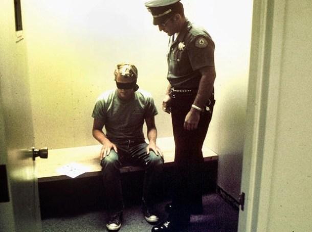 Continuación de la detención en dependencias  policiales. Foto de Philip Zimbardo, vía <a href=