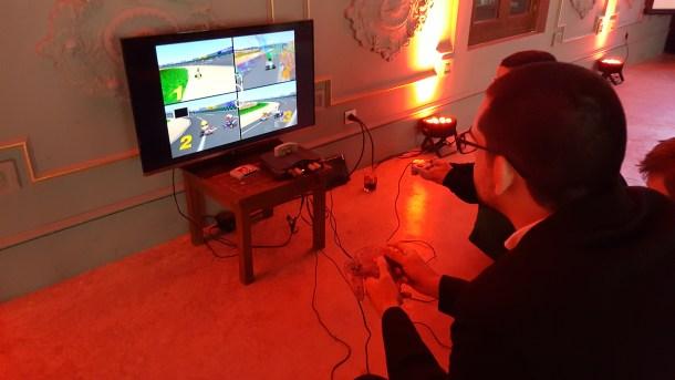 Un servidor, una Nintendo 64. La escena a nivel de luminosidad era complejísima: LEDs rojos indirectos y tenues, una pantalla brillante como punto directo de luz.