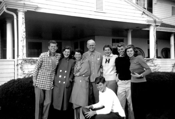 Joe Kennedy Sr y Rose Fitzgerald, junto a sus seis hijos. Fuente: The New York Post.