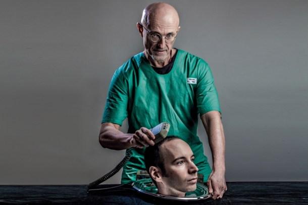El doctor Sergio Canavero posando en una extraña foto