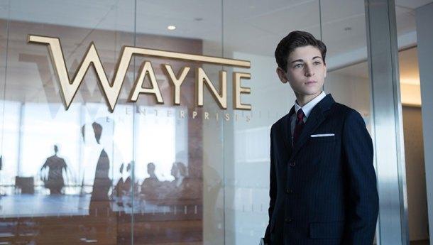Acostúmbrate a esta cara de Bruce Wayne. No verás muchas variantes más en la primera temporada.