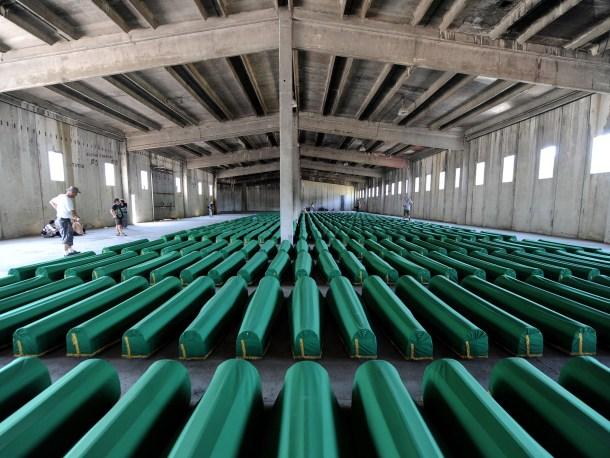Cuerpos de la masacre de Srebrenica en ataúdes a la espera de ser enterrados <a href=