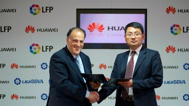 Huawei acordando ser uno de los patrocinadores oficiales de 'La Liga'.