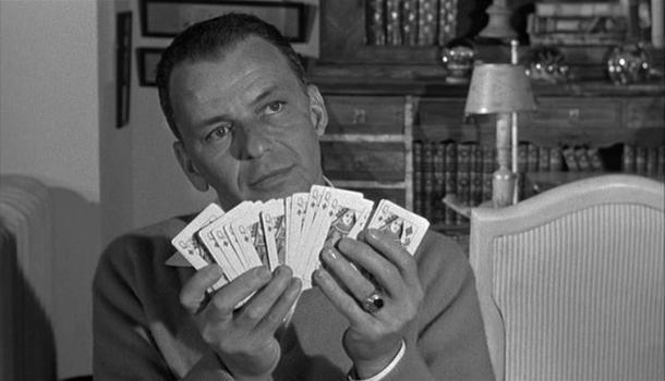 Escena de The Manchurian Candidate con Frank Sinatra. El objetivo ideal de la CIA con MKUltra era conseguir justamente lo que ocurre en la película: volver a una persona contra su propio país mediante técnicas de interrogatorio avanzado. <a href=