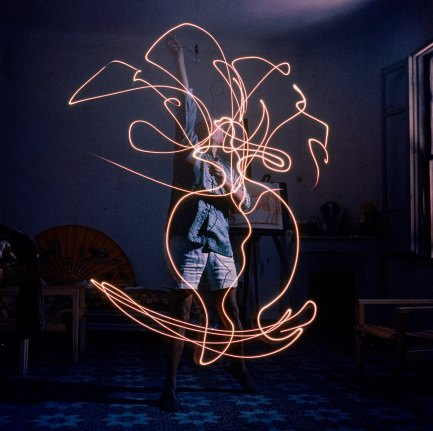 VALLAURIS, FRANCE - JANUARY 01: Artist Pablo Picasso drawing an image using a light pen. (Photo by Gjon Mili/The LIFE Picture Collection/Getty Images)
