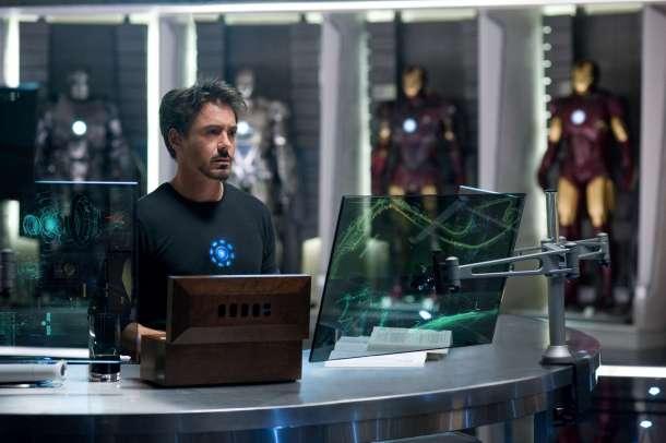 Tony Stark hablando con sus asistente Jarvis.