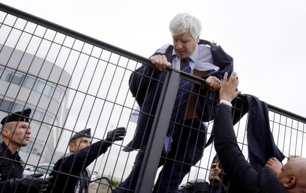 El director de recursos humanos de Air France tras ser agredido por empleados de la compañía al anunciar un plan de despido para 2.600 personas. AFP - Kenzo Triboulliard.