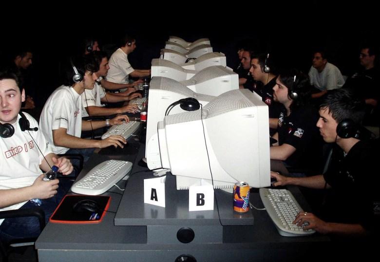 x6tence jugando con el clan LT en el cibercafé BBiGG de Zaragoza / BBiGG