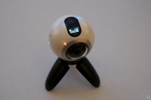 El botón superior tiene función *press and shoot*. Debajo, una pequeña pantalla que muestra información.