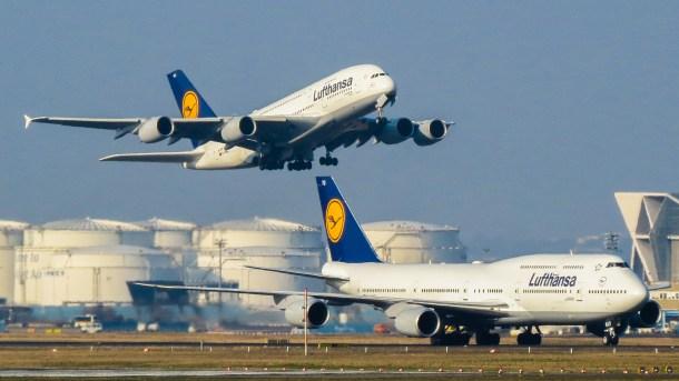 Un Airbus A380 despega mientras un Boeing 747 permanece en pista. Kiefer