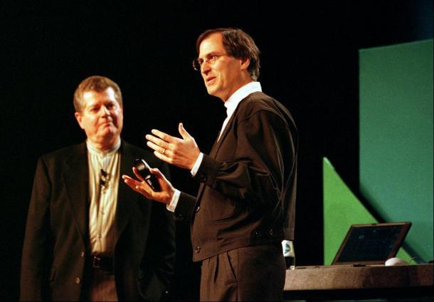 Gil Amelio y Steve Jobs.